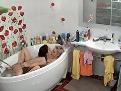 2 lesbians fingering in bath