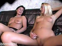 Mutter und Tochter pissen in der Wohnung!!!