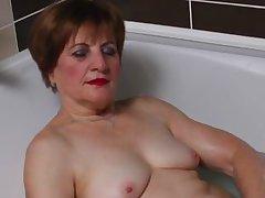 granny lady raisha playing likes bathing games